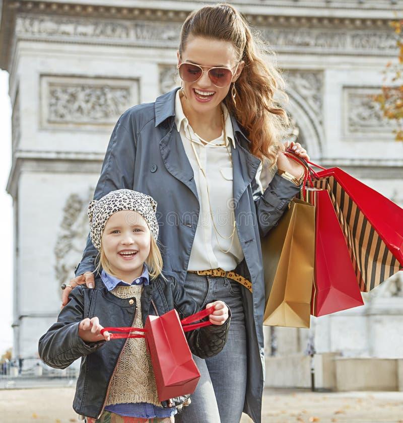 Mutter und Kind, die Spaßzeit nahe Arc de Triomphe in Paris haben lizenzfreie stockbilder