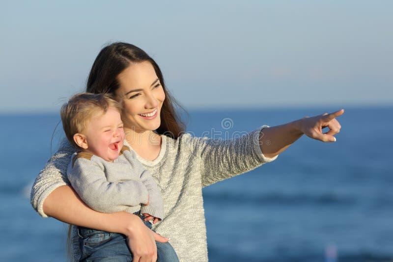 Mutter Und Kind, Die Weg Lachen Und Schauen Stockbild
