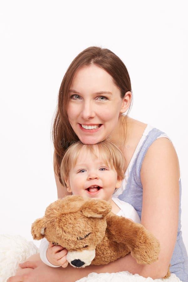 Mutter und Kind, die zusammen lachen stockfotografie