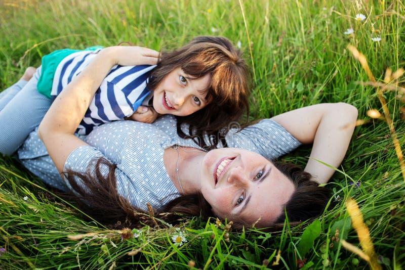 Mutter und Kind haben Spaß in den Bergen stockbilder