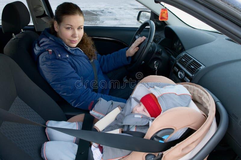 Mutter und Kind im Autosicherheitssitz stockbilder