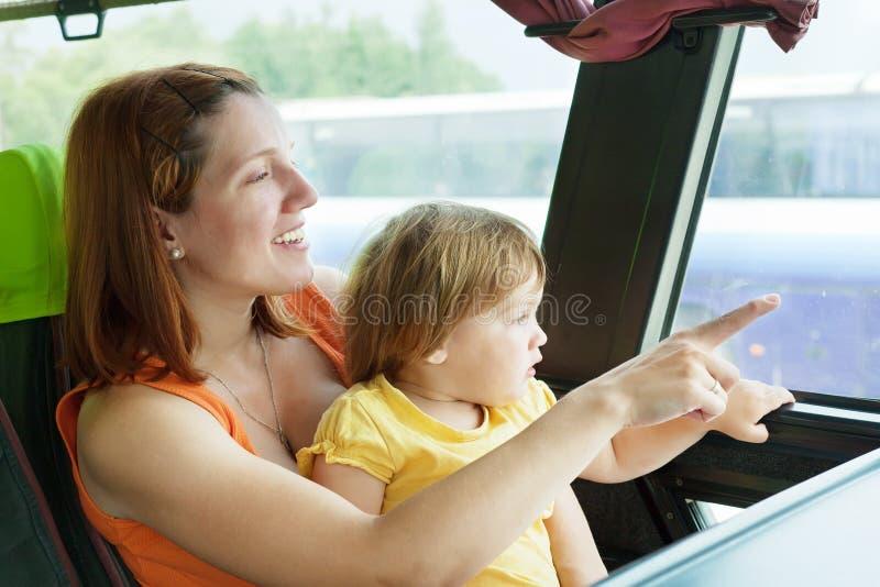 Mutter und Kind im Handelsbus stockbild