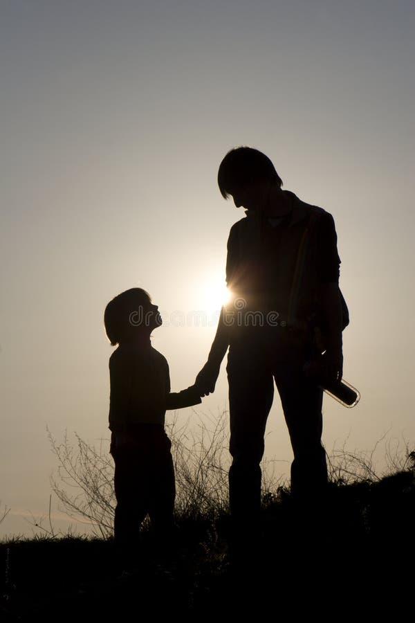Mutter und Kind im Sonnenuntergang lizenzfreie stockbilder