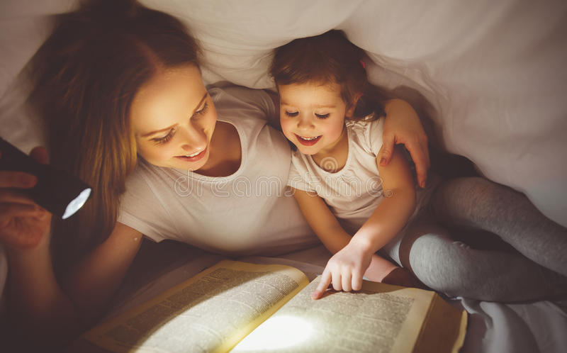 mutter und kind lasen buch unter decke mit einer taschenlampe stockbild bild von kindheit. Black Bedroom Furniture Sets. Home Design Ideas