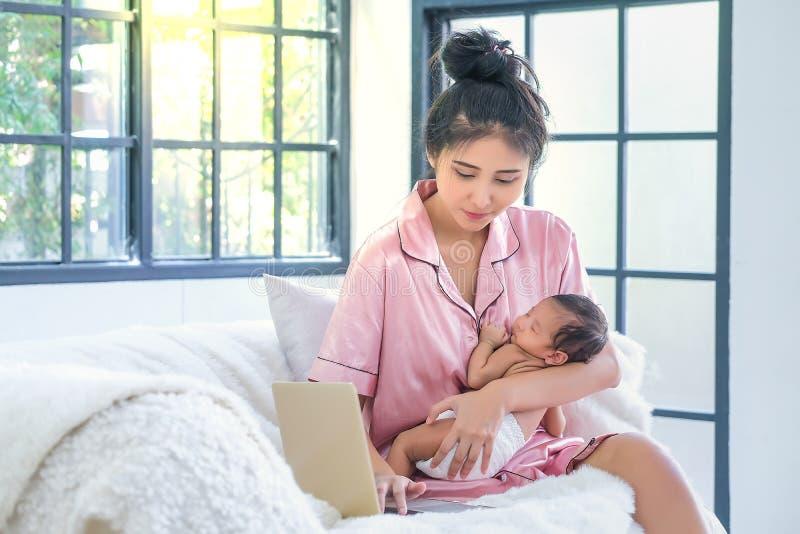Mutter und Kind schauen, um Tablet-Computer auf dem Sofa zu spielen und zu lesen stockbilder