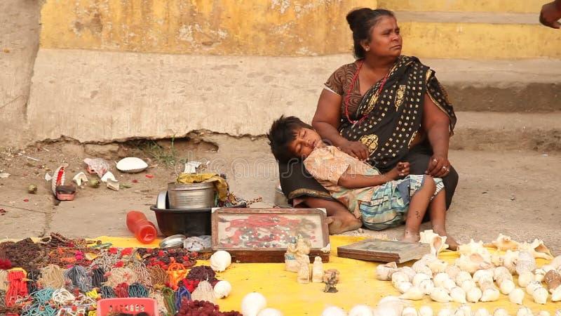 Mutter und Kind am Shop stock video