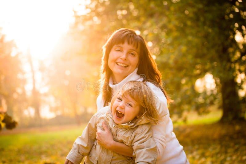 Mutter und Kind zusammen im Herbst lizenzfreie stockbilder