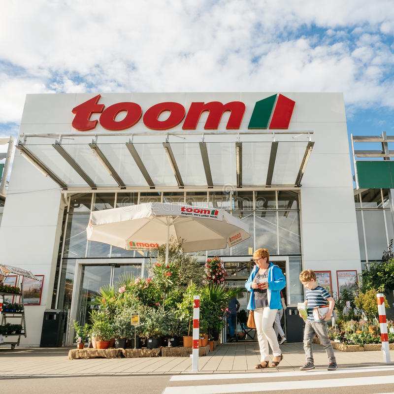 Mutter-und Kindeingang von TOOM, das der deutsche DIY-Speicher anketten stockfoto
