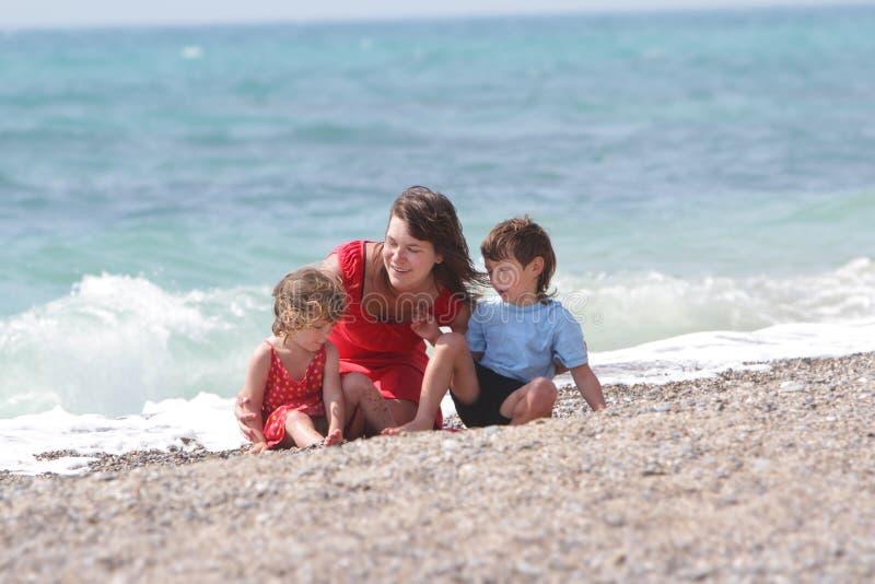 Mutter und Kinder auf Seehintergrund lizenzfreies stockbild