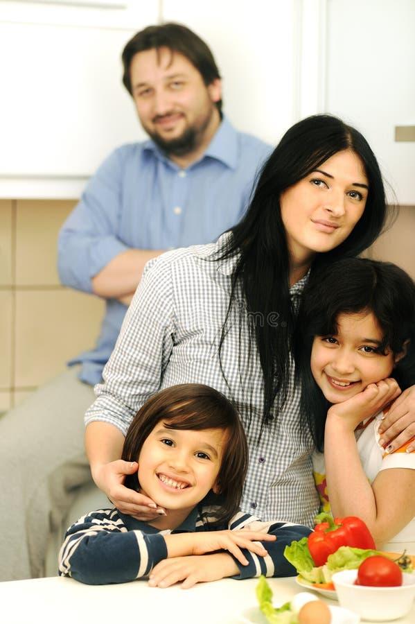 Mutter und Kinder bereiten sich vor lizenzfreie stockfotos