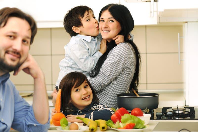 Mutter und Kinder bereiten sich vor stockfotografie