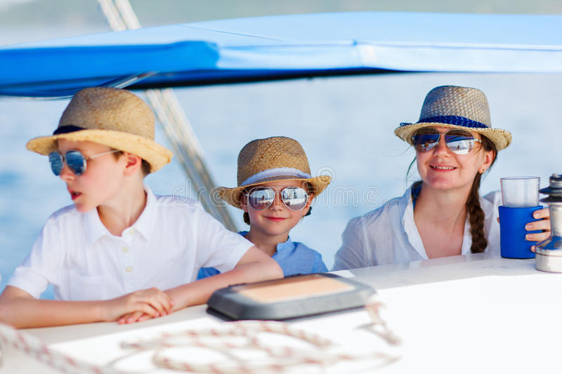 Mutter und Kinder an der Luxuxyacht stockfoto