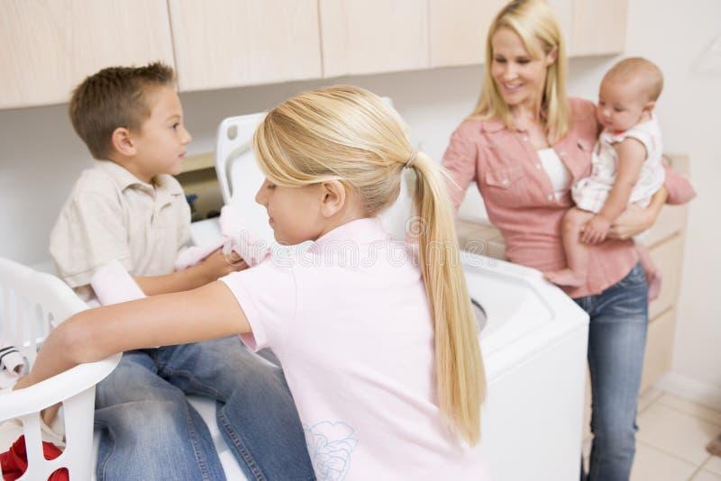 Mutter und Kinder, die Wäscherei tun stockfotos