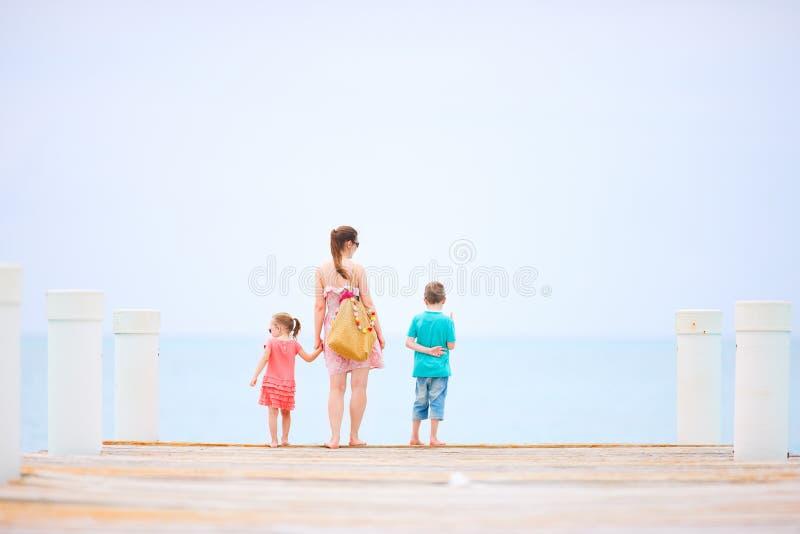 Mutter und Kinder draußen lizenzfreies stockfoto