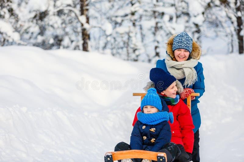 Mutter und Kinder draußen auf Winter lizenzfreie stockfotografie