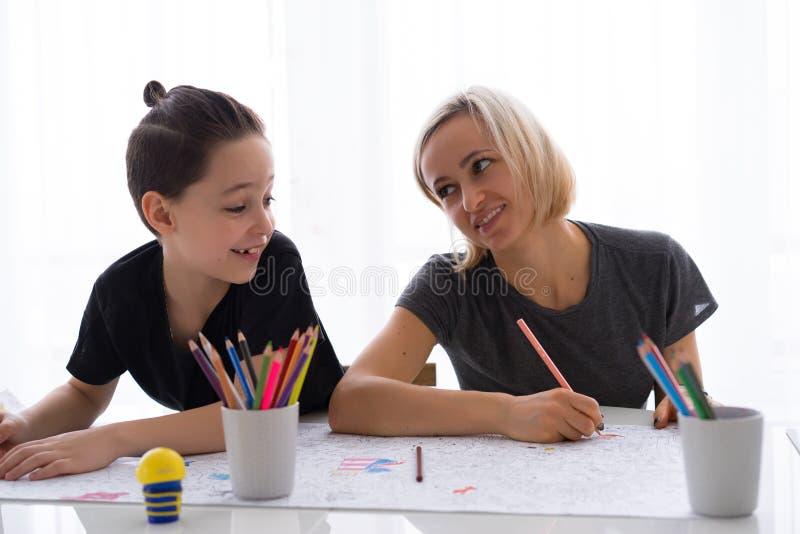 Mutter- und Kindersohnzeichnung mit farbigen Bleistiften stockfotografie