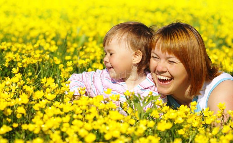 Mutter und Kinderspiel auf Wiese lizenzfreies stockbild