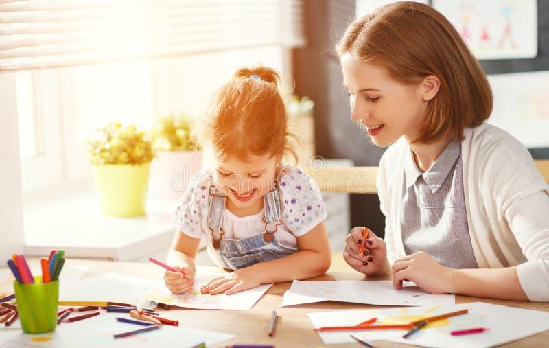Mutter- und Kindertochter zeichnet in Kreativität im Kindergarten lizenzfreies stockbild