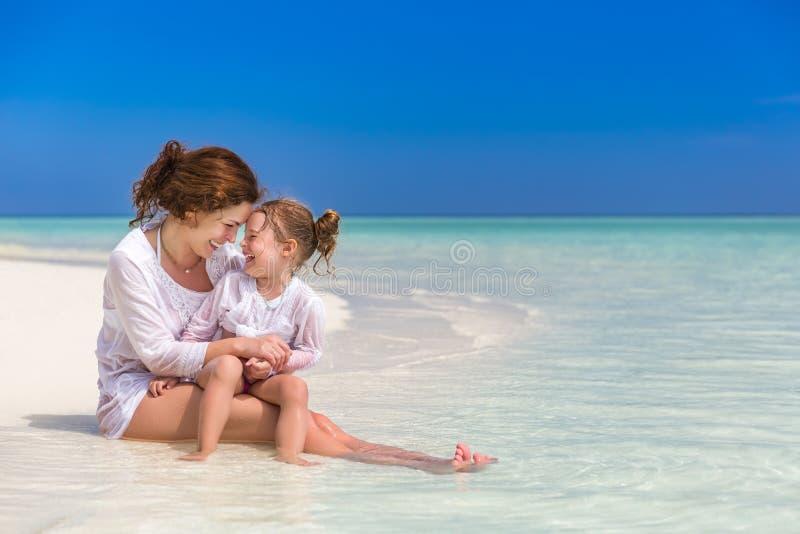 Mutter und kleine Tochter auf dem Strand stockfoto