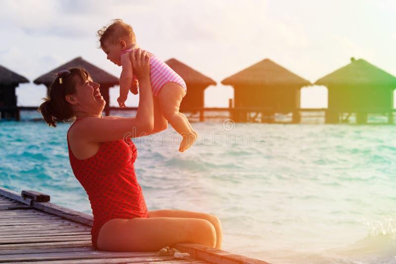 Mutter und kleine Tochter, die im Urlaub spielen stockfotografie