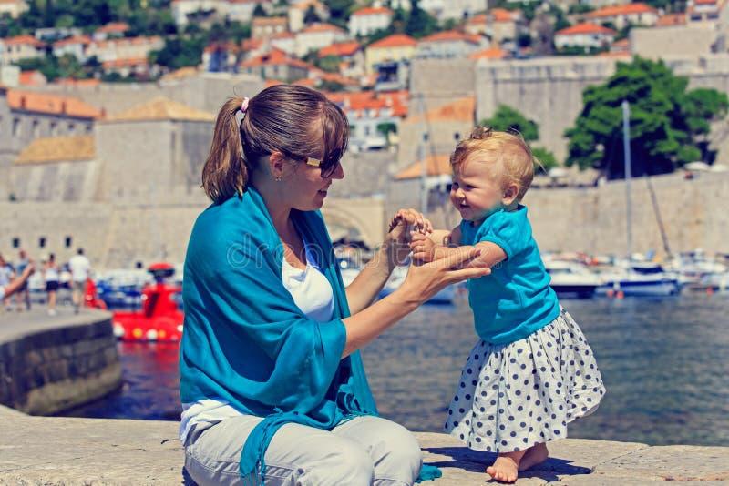 Mutter und kleine Tochter in Dubrovnik, Kroatien lizenzfreie stockfotos