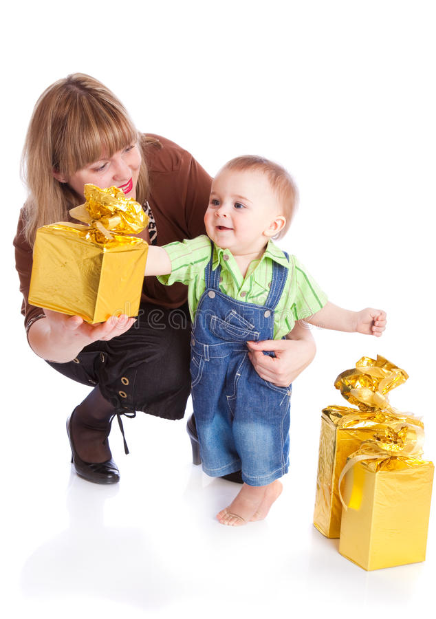 Mutter und kleiner Junge mit Geschenken stockbilder