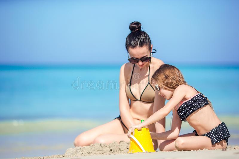 Mutter und Kleinkind, die tropische Ferien des Strandsommers genießen stockfotografie