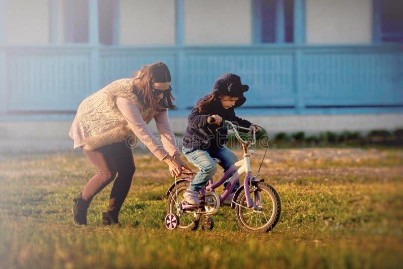 Mutter und nettes Mädchen, die den Spaß zusammen genießt Zeit hat lizenzfreie stockfotografie