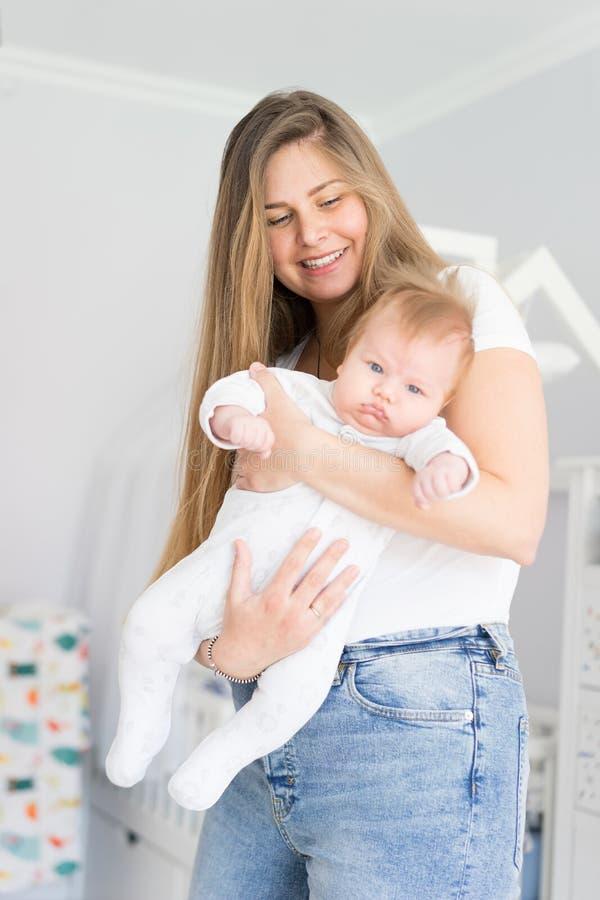 Mutter und neugeborenes Baby in ihren Armen Das Konzept des neuen Lebens, der Liebe und der Hilflosigkeit stockfoto