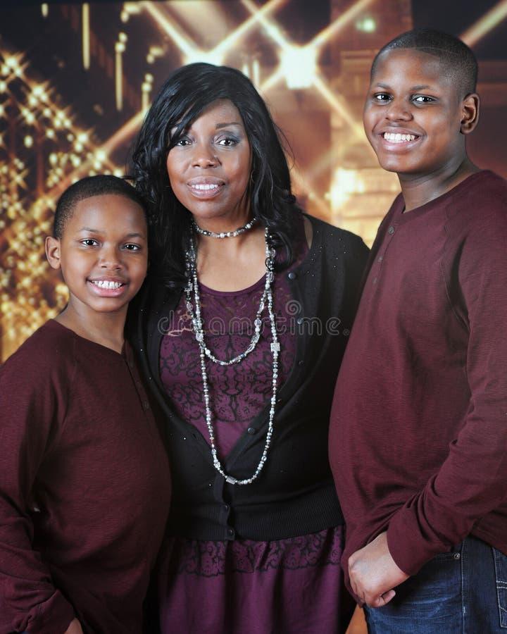 Mutter und Söhne an der Weihnachtszeit lizenzfreie stockfotografie
