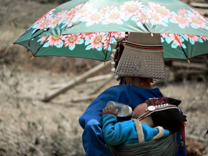 Mutter und Schätzchen vom Akha Hügel-Stamm stockbilder