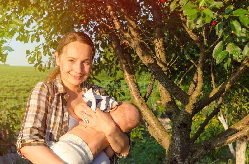 Mutter und Sch?tzchen lizenzfreie stockbilder