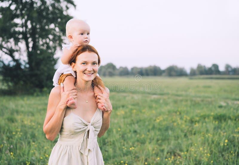 Mutter und Sch?tzchen drau?en Familie auf Natur lizenzfreies stockbild