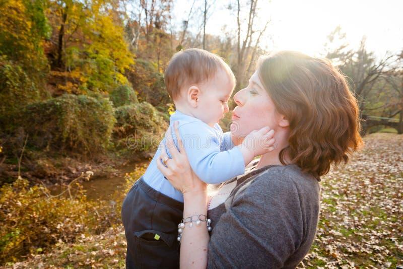 Download Mutter und Sohn stockfoto. Bild von hintergrund, backe - 27732222
