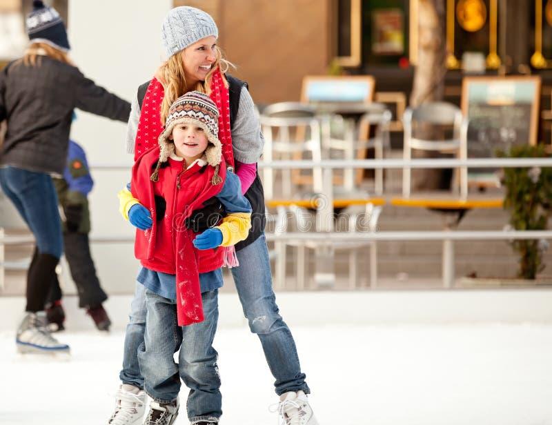 Mutter und Sohn auf Eis stockfoto