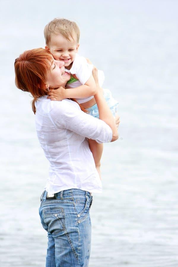 Mutter und Sohn auf Strand stockfoto