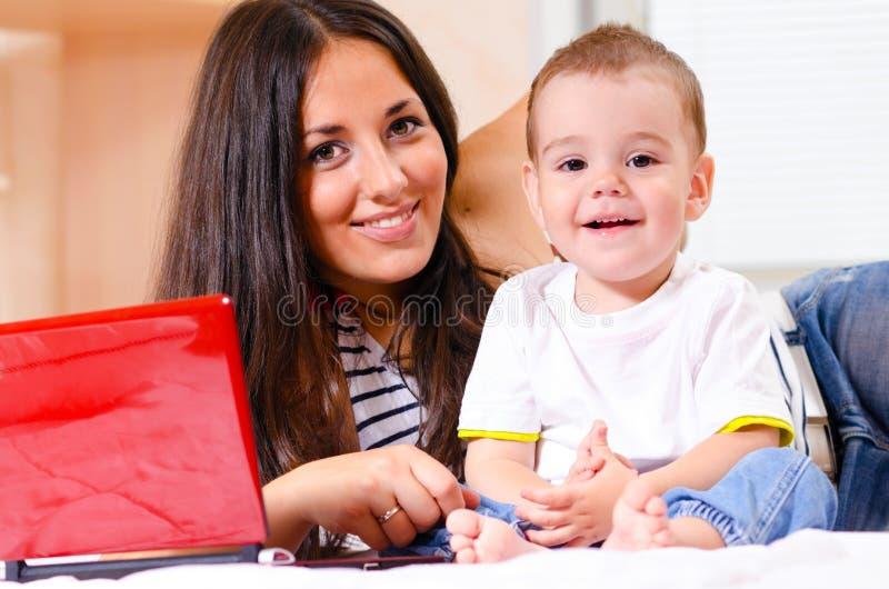 Mutter und Sohn benutzen Laptop lizenzfreie stockfotos