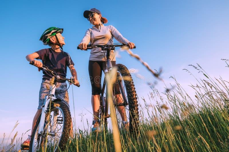 Mutter und Sohn bereit zu beginnen, bycikles zu reiten lizenzfreies stockfoto