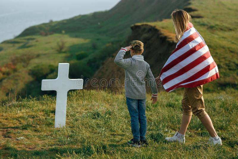 Mutter und Sohn besuchten das Grab des Vaters am Volkstrauertag 27 können stockfotos