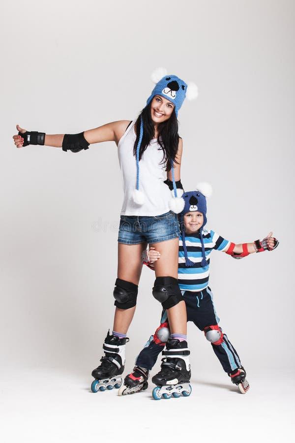 Mutter und Sohn in den Rollschuhen lizenzfreie stockfotografie