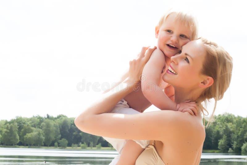 Mutter und Sohn in der Sonne stockfotografie