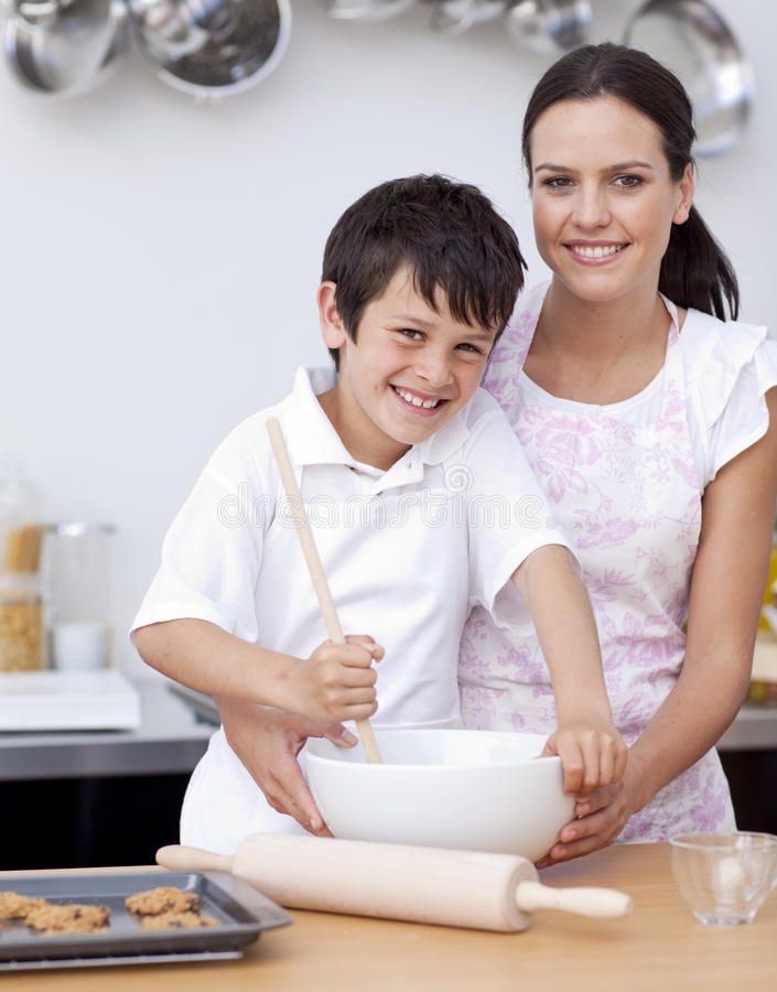 Mutter und Sohn, die in der Küche lachen stockfoto