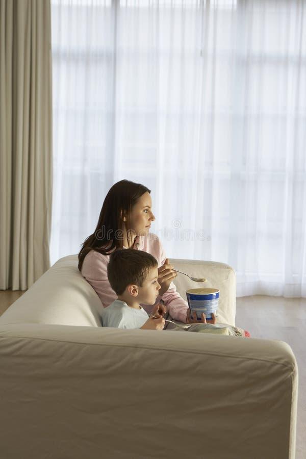 Mutter und Sohn, die Fernsehen lizenzfreies stockbild