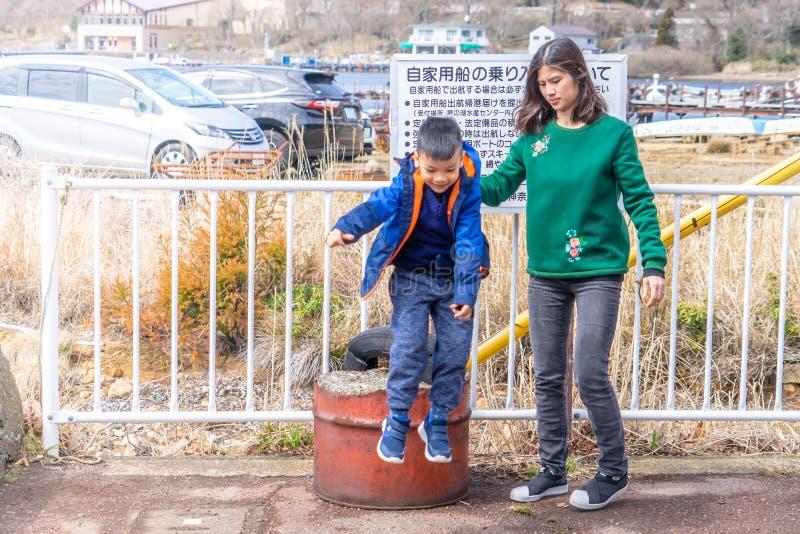 Mutter und Sohn, die nahe Ashi Lake in Hakone, Japan spielen lizenzfreie stockbilder