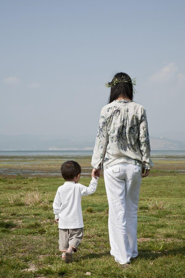Mutter und Sohn, die am Park gehen lizenzfreies stockfoto