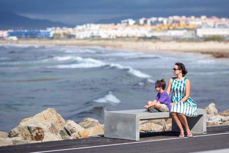 Mutter und Sohn, die schönen Meerblick genießen stockbild