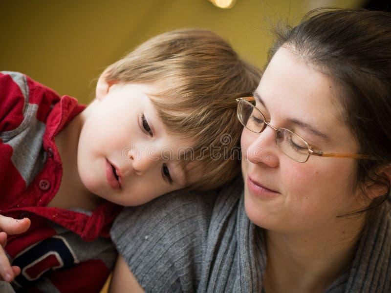Mutter und Sohn zusammen stockfotos