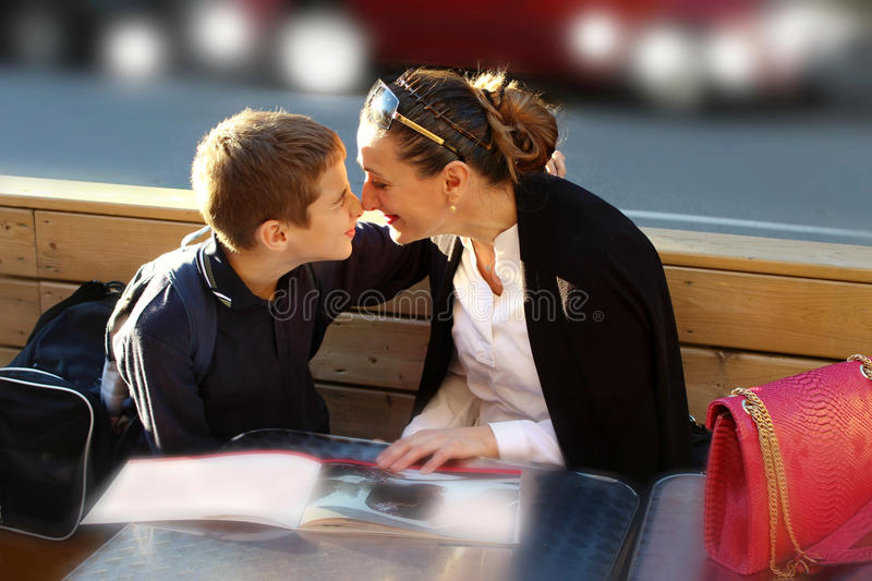 Mutter und Sohn, die Spaß haben stockbilder