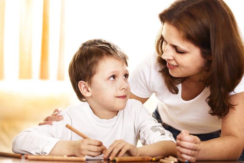 Mutter und Sohn, die zusammen zeichnen stockfotos