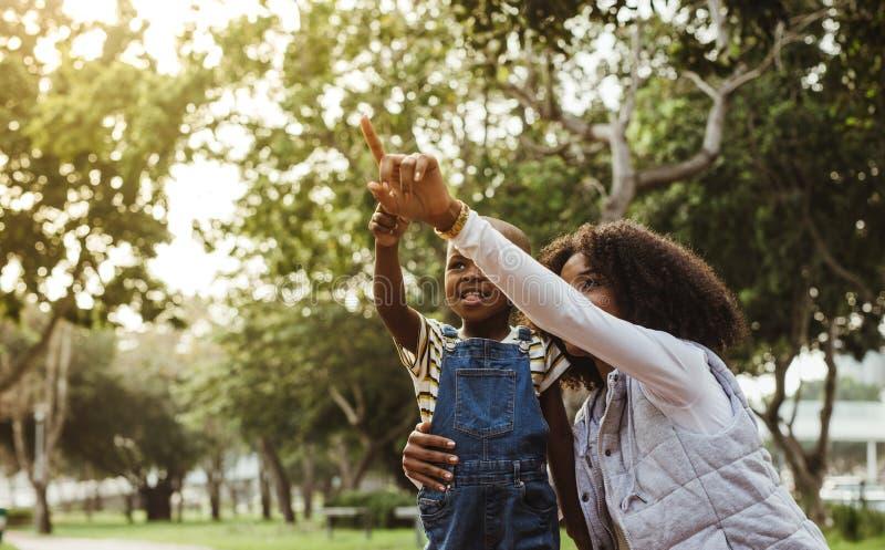 Mutter und Sohn, die zusammen Zeit im Park verbringen lizenzfreie stockfotografie